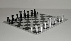 Huszár V. - Abstracte schaakset, ontwerp Vilmos Huszar 1921, met bijbehorend schaakbord, aluminium 6,1 x 2 cm, gesigneerd gestempeld met monogram 'VH' aan de onderzijde en te dateren 1973