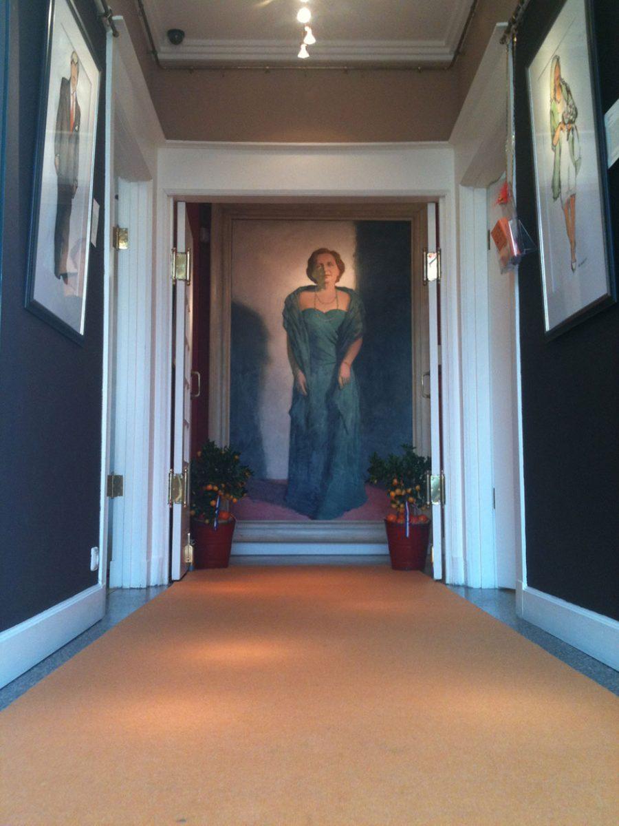 De oranje loper ligt uit. Koningin Juliana heet u welkom.
